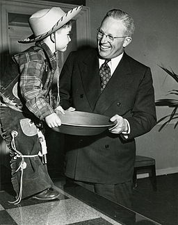 California Governor Earl Warren posed with a boy dressed as a gold prospector for the state's 1950 centennial celebration. By California Centennials Commission [Public domain], via Wikimedia Commons